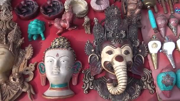 Kathmandu, Nepál - 25. března: Dárkový obchod closeup s tradičními suvenýry v ulici (masky, sochy, sošky). Káthmándú, Nepál