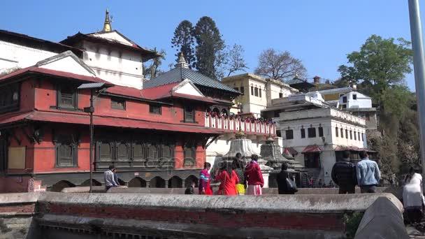 Káthmándú, Nepál, 25 března 2017: Kremační obřad na Pashupatinath Temple v Kathmandu a povolené turistické a návštěvník k zachycení obřadu svaté řeky zóna v Bhasmeshvar Ghat