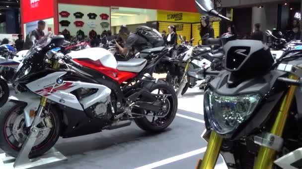 28. března 2017. Bangkok, Thajsko. Moderátor s Bmw motocykl na Auto Show 38 mezinárodní Bangkok uprostřed dopad