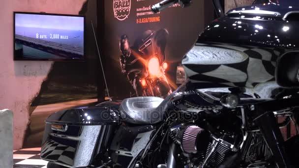 28 marzo 2017. Bangkok, Thailandia. Presentatore con moto Harleydavidson la 38a Bangkok International Auto Show presso il centro di impatto.