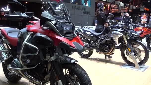 28. března 2017. Bangkok, Thajsko. Moderátor s Bmw motocykl na Auto Show 38 mezinárodní Bangkok uprostřed dopad.