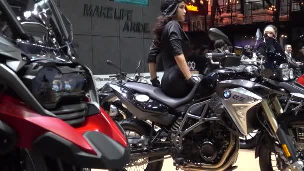 28 marzo 2017. Bangkok, Thailandia. Presentatore con moto Bmw la 38a Bangkok International Auto Show presso il centro di impatto.