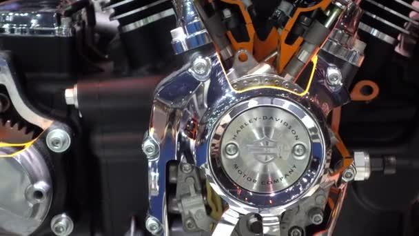 2017. március 28.. Bangkok, Thaiföld. Műsorvezető a 38 Bangkok nemzetközi Auto Show a hatása Center Harleydavidson motorral.