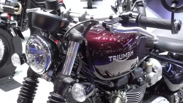 28. března 2017. Bangkok, Thajsko. Moderátor s motocykl Triumph na Auto Show 38 mezinárodní Bangkok uprostřed dopad.