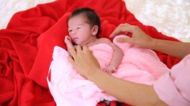 Newborn gape on the bed.