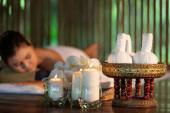 portrét mladé krásné thajské ženy v lázeňském prostředí.Krásná mladá žena připravuje masáž s bylinnými masážními koulemi v léčebném lázeňském salonu.