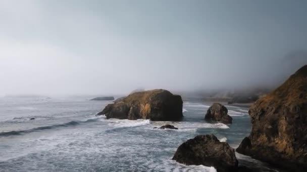 Légi felvétel hullámok és hatalmas kiálló kövek a köd Ariyas Beach, Oregon, USA
