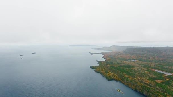Luftbildkamera fotografiert einen nebligen Horizont über einem See und einer Küste mit dichtem Wald Lake Superior, Great Lakes, Ontario, Kanada