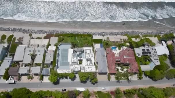 Drohne fliegt über Häuser, Strand und Meereswellen Malibu, Kalifornien, USA