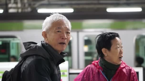 Asijské starší veřejnou dopravou k odchodu do důchodu cestování výlet