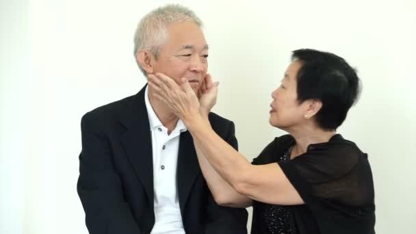 asiatische senior paar necken und spielen miteinander, liebe, spaß gesunde beziehung