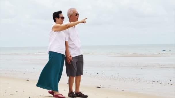 Asijské starší pár šťastně na pláži. No plán v důchodu životní styl není finanční problém