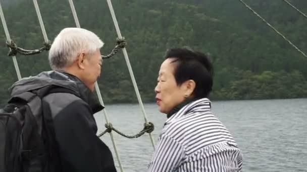 Starší pár, plavba na lodi během dovolené do důchodu