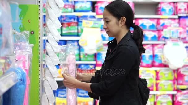 Smíšené rasy Asijská matka nakupování pro krmiva v dětské sekci