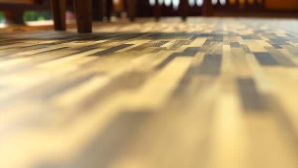 Ranní slunce svítí na krásné texturu dřeva vinylové podlahy, vnitřní materiál
