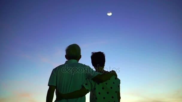 Asijské starší pár drží za ruku si okamžik šťastného života spolu magická hodina obloha a měsíc pozadí