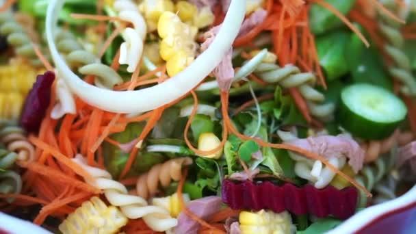 Alacsony szénhidráttartalmú tonhal saláta. Színes egészséges friss élelmiszerek ökológiai gazdaságból származó