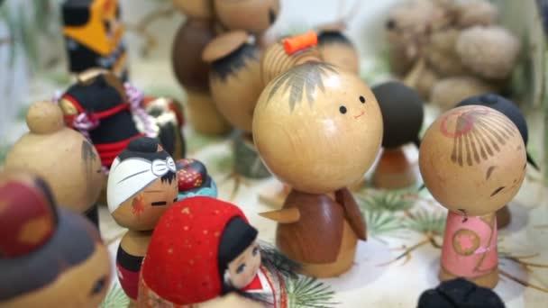 Tokio, Japonsko - září 2016: Dřevo japonské panenky na prodej za suvenýr