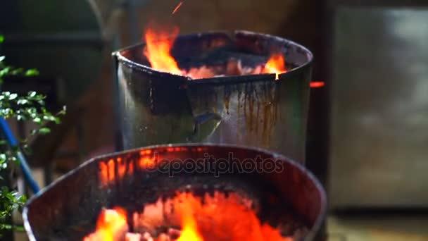 Hořící uhlí hoří v kamnech na vaření