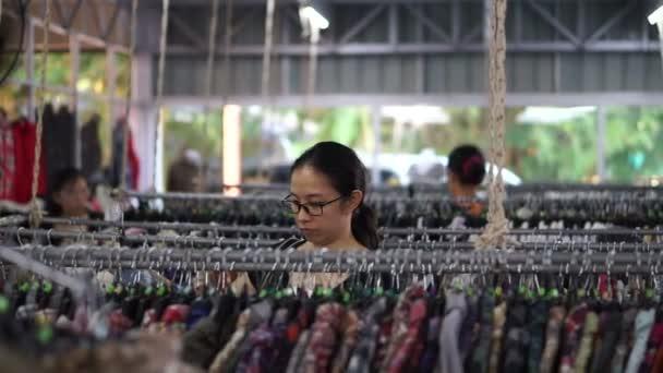 96fdb06e7 Dél-Kelet-ázsiai lány ruhák, a divat üzlet állványok ellenőrzése
