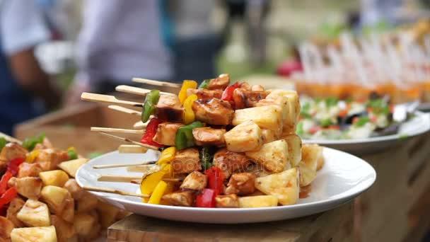 Grilovací špíz a další formou cateringu jídlo na stůl v akci party