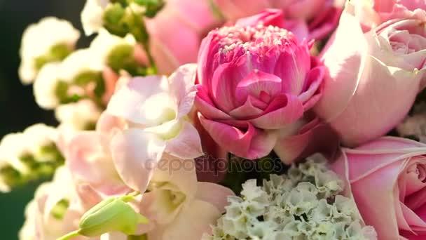 Rózsaszín rózsák és lotuses virág csokor Valentin nap háttér videó