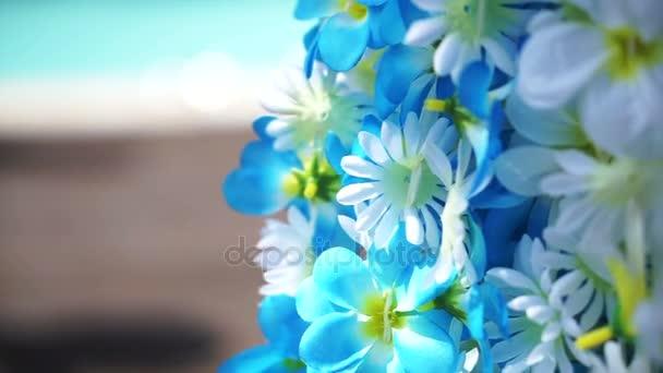Bleu Et Blanc Fleur Artificielle Aloha Accroche A Cote De La Piscine