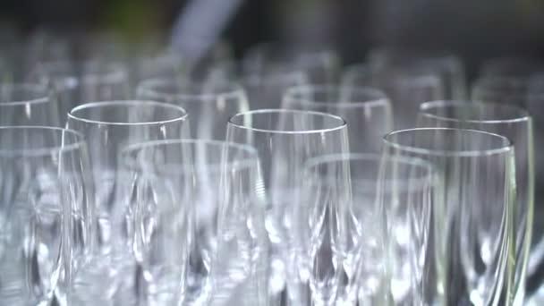 Řádek, prázdné sklenky na sekt. Symbol oslavy svatby a šťastná událost