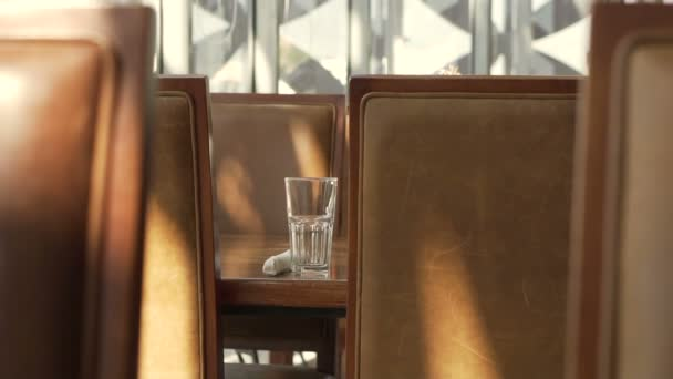 359229cfb56b Concepto de elementos del restaurante, silla de cuero marrón y cristal  junto a la ventana– metraje de stock