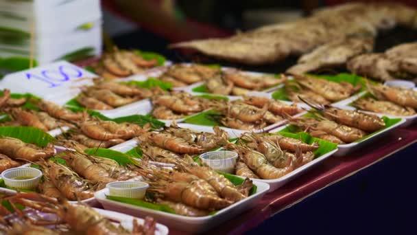 Thajsko místní pouliční jídlo, grilovanou krevetou a celá ryba sloužit na banánové listy deska