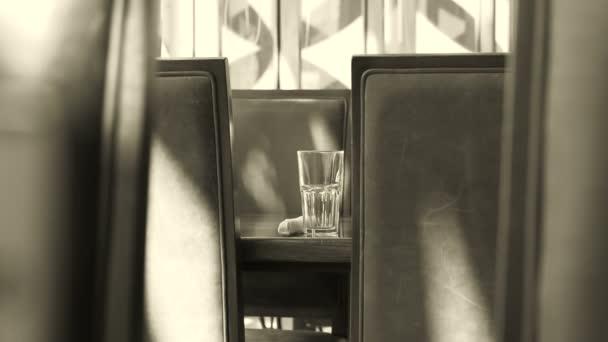 Záznam natočený v restauraci černé a bílé s přirozeným světlem