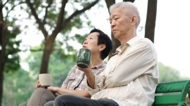 Zpomalený pohyb unavený a starosti vedoucí pár sedící, pití kávy. Život po odchodu do důchodu, finanční a budoucí plánování