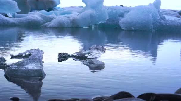Kleine und große Teile des Eisbergs in Gletscherlagune Jökulsárlón schweben. Globale Erwärmung, schmelzende Eis problem
