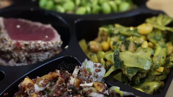 Egészséges, friss hideg tenger gyümölcsei saláta értékesítés az európai piacon. Lazac, tonhal, tigrisrák szakács különböző összetevő és fűszer