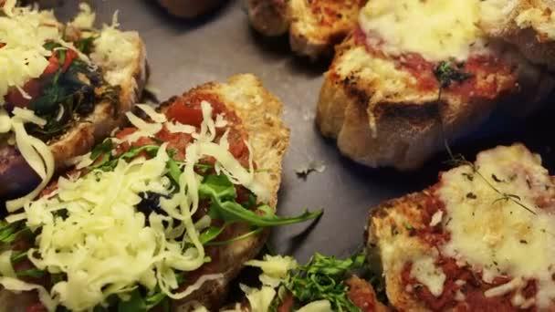 Italienische Käse über Tomaten Pizza-Sauce auf Brotscheibe