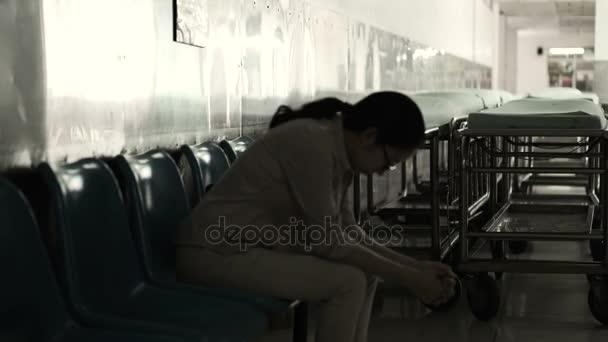 Asijské žena sedí sama v nemocnici. Strach a úzkost z myšlení špatných zpráv 4k