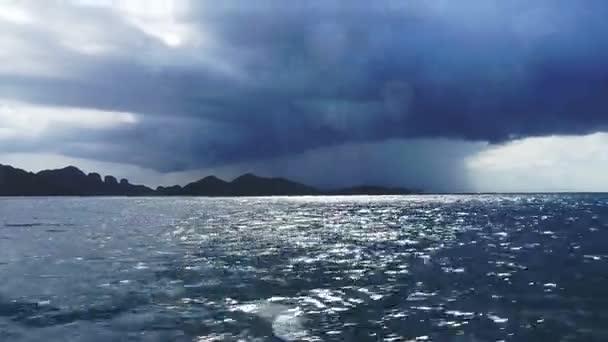Skutečná bouře větrné a deštivé střela v tmavě modrém oceánu. Zastřelil se kapičky vody na kameru, zatímco loď