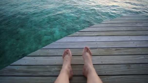 Východ slunce nad oceánem Maledivy. Nohy, kterým hned za oknem v soukromé vile terrace 4k