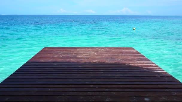 Krásné tyrkysové moře. Tiki hut dřevěnou terasou znázorňující linie horizontální oceánu