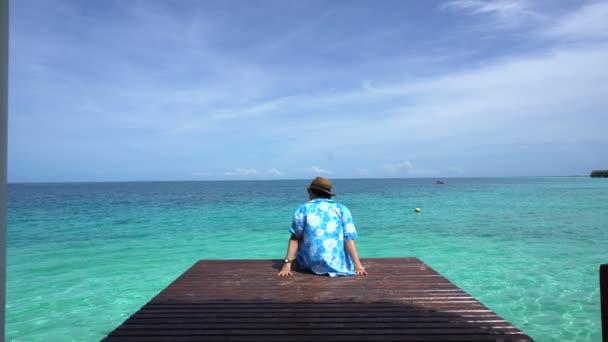 Žena relaxovat v zářivě modré letní oceánu. Užívat mořský vánek na dovolené 4k