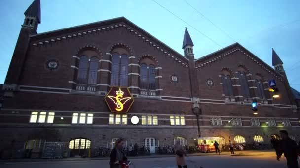 Kopenhagen, Dänemark: April 2017 - Blick rund um den Kopenhagener Hauptbahnhof. Europäische Architektur und Menschen bei Nacht