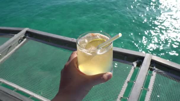 Ruční hospodářství žluté světlé letní tropické koktejl s tropickým výhledem