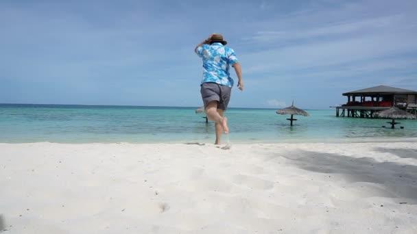 Ázsiai turisztikai fut a gyönyörű Maldív-szigeteken kristálytiszta tenger. Élvezi vele nyaralni, luxus Resort