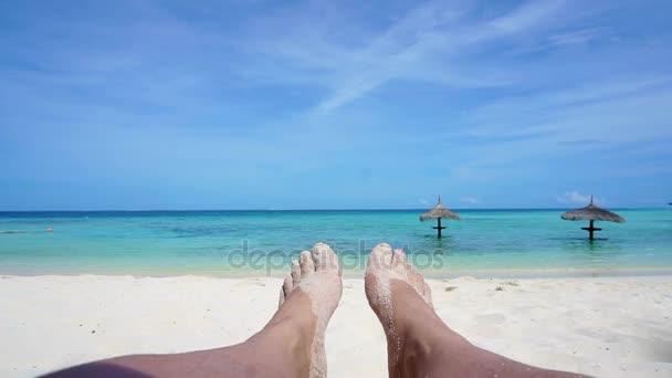 POV uvolněné nohy na bílý písek na tropický slunečný ostrov. Perfektní dovolená