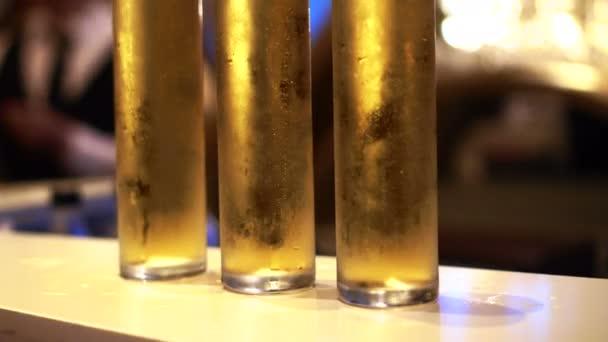 Vysoký pivní sklenice zblízka střílel vyplněné na baru