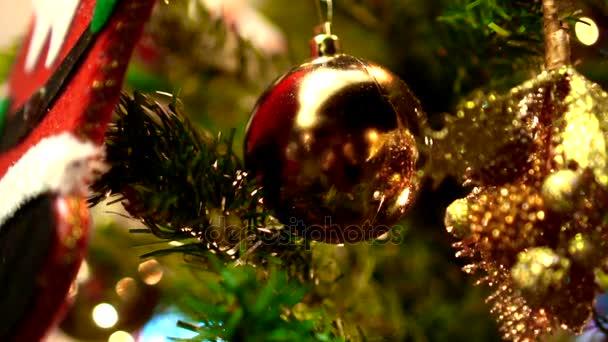 Vánoční ozdoby dekorace strom v noci zlaté světlo