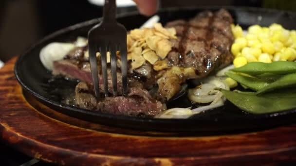 Hovězí Steak Premium hovězí steak žhnoucí pánvi s kukuřice a hrášek příkrm 4k videa