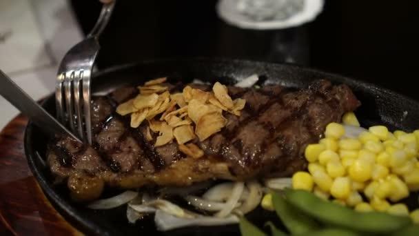 Dělení Premium hovězí steak žhnoucí pánvi s kukuřice a hrášek příkrm 4k video