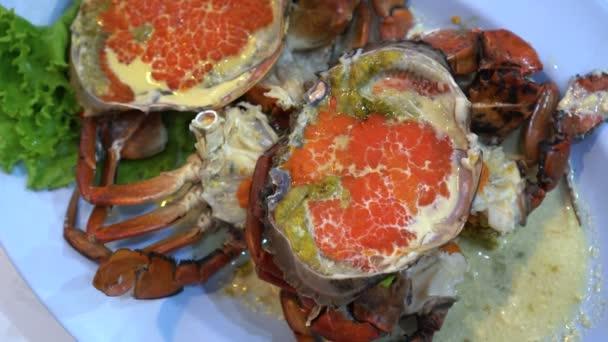 Top pohled jíst modré krabí maso a vejce pára s mlíkem mňam mořské plody