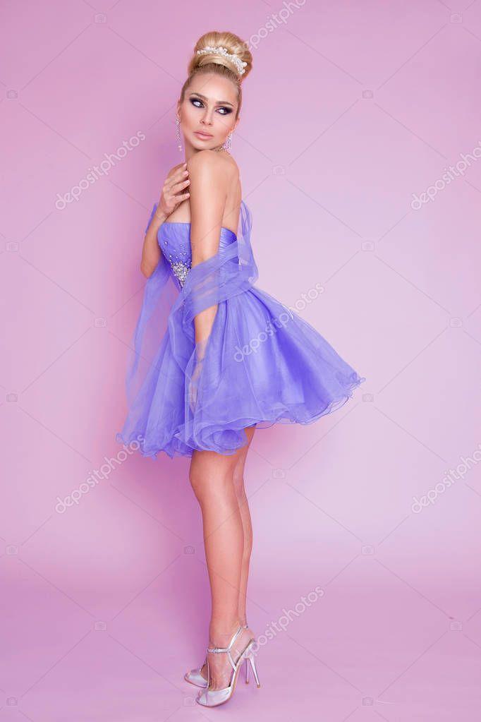 Lila Jurk Bruiloft.Mooie Jonge Vrouw Blond Model Met Verbazingwekkende Haren En In De